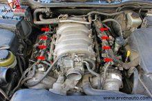 На фотографии стрелками показаны места установки топливных форсунок. Перед промывкой форсунки необходимо снять с автомобиля.