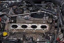 Место установки впускного коллектора и топливных форсунок на двигателе TSI. Большие отверстия – для подачи воздуха. В маленькие отверстия под ними вставляются топливные форсунки.