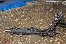 Снятая для ремонта рулевая рейка, которая очень сильно текла. Это опасная поломка, поскольку, когда жидкость закончится, ГУР перестанет работать, и может быть поврежден насос.