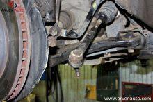Замена рулевого наконечника – наконечник отсоединен от поворотного кулака, теперь его надо снять с рулевой тяги.