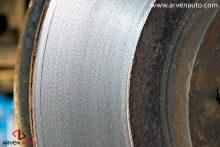 Поверхность проточенного диска практически идеально ровная. Это обеспечивает эффективную и тихую работу тормозной системы.