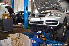 Поднятие передней части автомобиля на траверсе для проверки передней подвески.