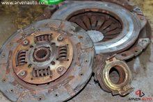 Изношенные диск и корзина сцепления, а также расплавленный выжимной подшипник. Для доступа к этим деталям требуется проделать много работы.