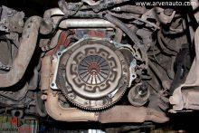 После снятия КПП появляется возможность заменить сцепление. На фото видна корзина сцепления, под ней находятся диск и маховик.