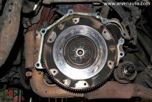 Когда старое сцепление снято, можно оценить состояние маховика. Особенно важно это правильно сделать, если на автомобиле установлен двухмассовый маховик.