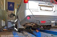 Процесс регулировки развал-схождения. Автомобиль стоит на специальных подвижных платформах.