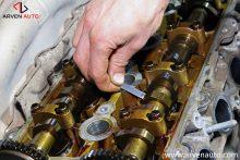 Процесс измерения теплового зазора между распределительным валом и толкателем клапана.
