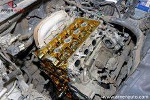 Разобранный для настройки тепловых зазоров клапанов двигатель.
